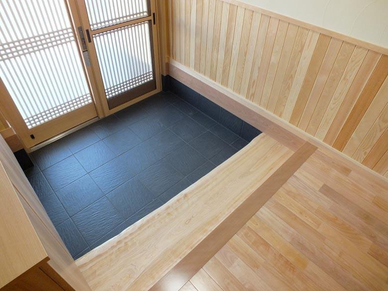玄関も障子松の腰壁に無垢の桜のフロアーで式台は檜の1枚板で贅沢な仕上がりになっています