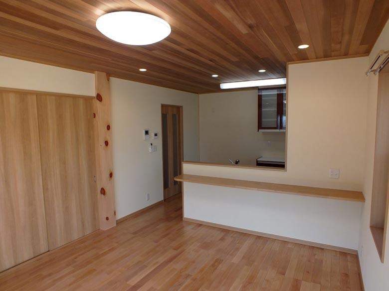 1階リビングはこだわりのレッドシダー天井と桜の無垢材フロアー、木曽檜の大黒柱が入っています