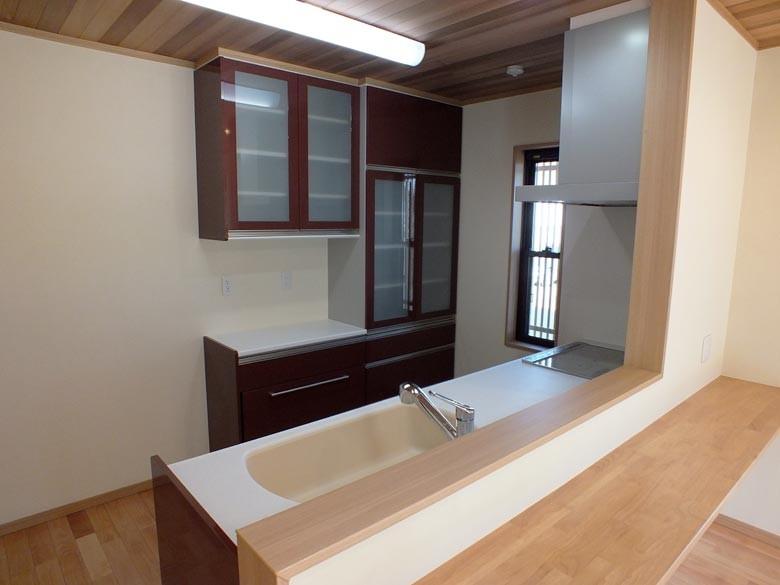 対面キッチンで収納もデザインを合わせたシステムキッチンになっています
