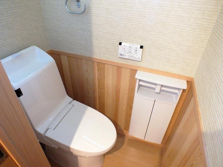 トイレも障子松の腰壁で造りました