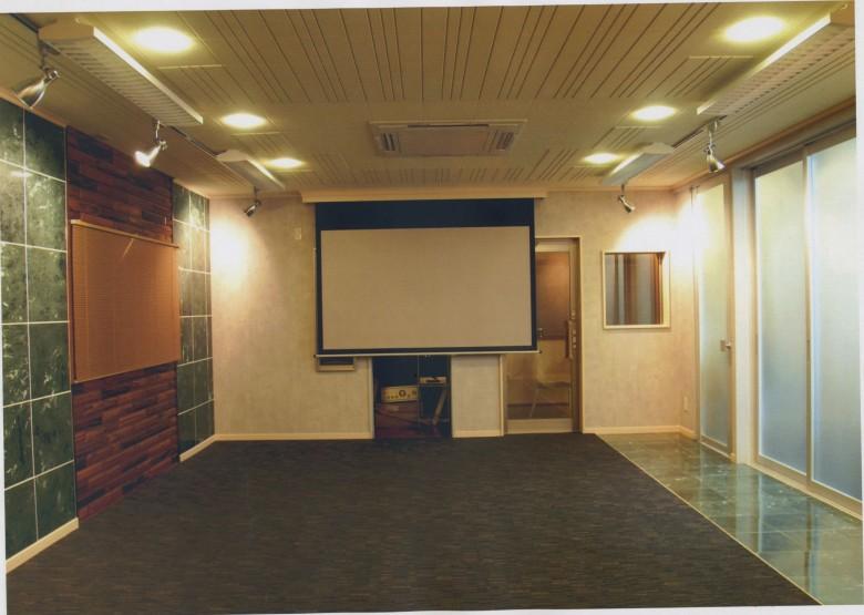 会議室です。声が通るように吸音板天井になっております。大きなプロジェクターも設置しました