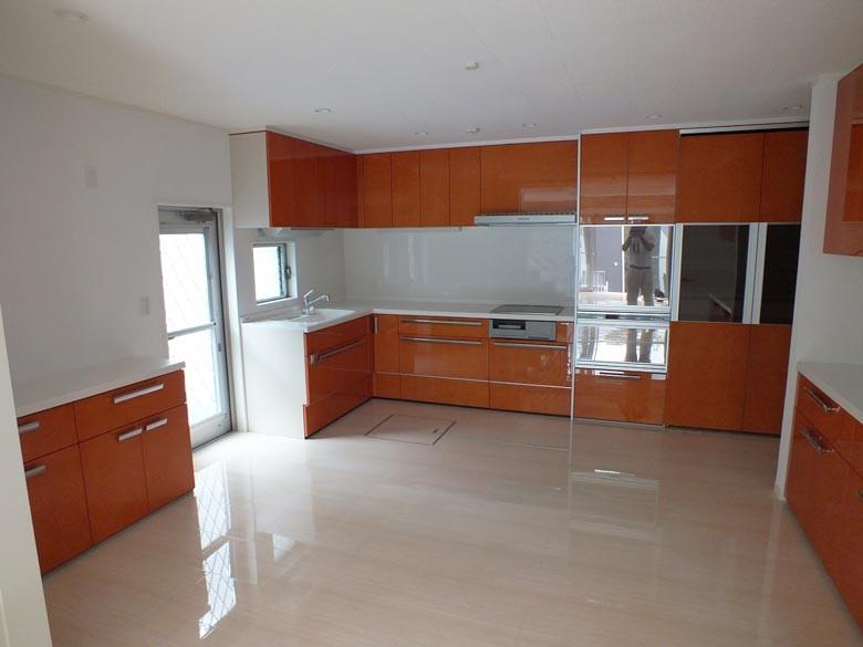 キッチンはカーリーメープルの天然木になっており世界に同じ模様は2つとありません。鏡面仕上げのシステムキッチンです