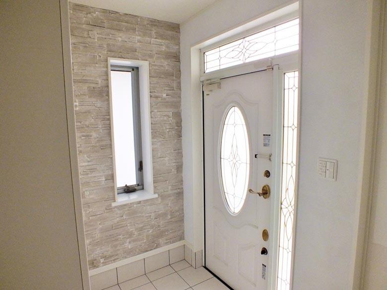 玄関扉もお客様こだわりのホワイトウッド調の高級感のあるドアになっています