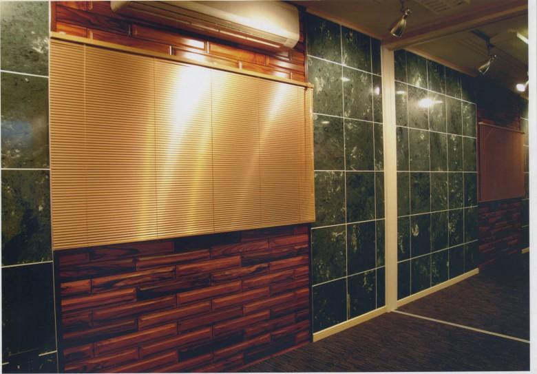 会議室の壁はローズ柄の木目ブロックに本物の石タイルで仕上げています