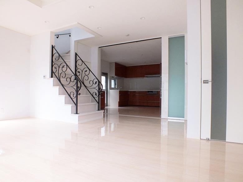 床は石目調光沢仕上げで間仕切り建具は天井まである引き戸となっています。開いた時の開放感は抜群です