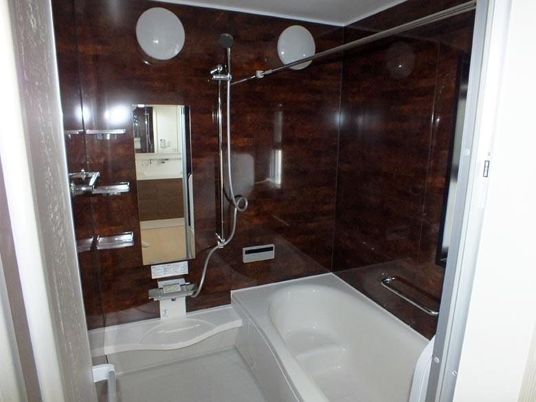 全面ボルドー色の雰囲気のあるお風呂です