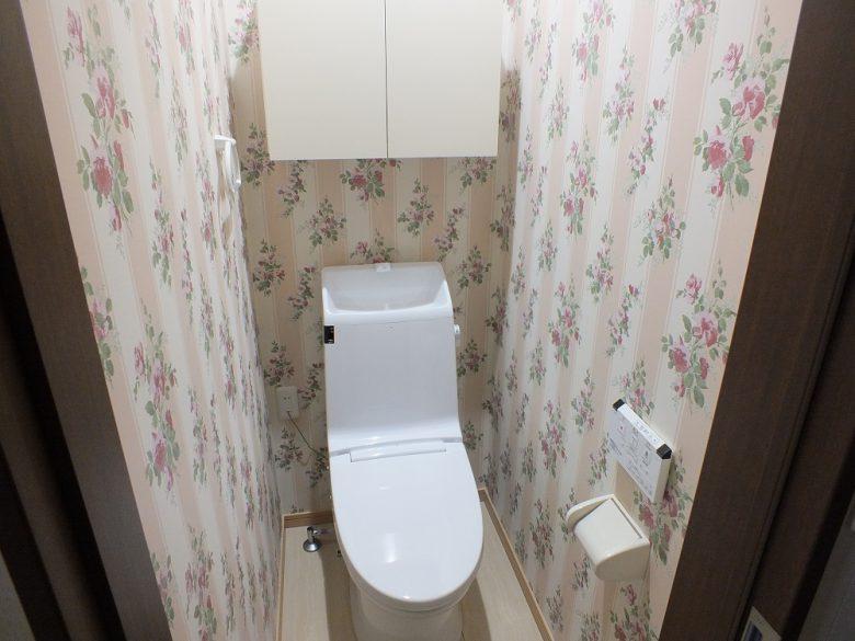 トイレはお洒落にしっかりした花柄をチョイスです。