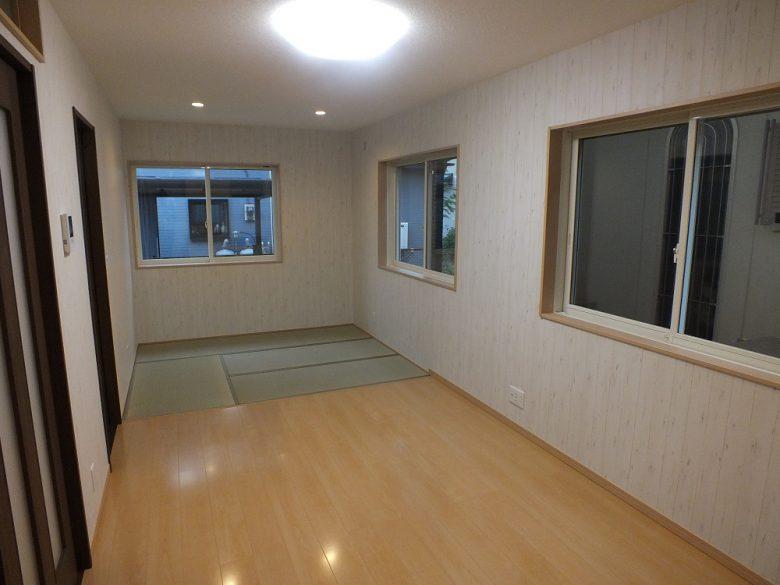 洋間に畳スペースを設けました。