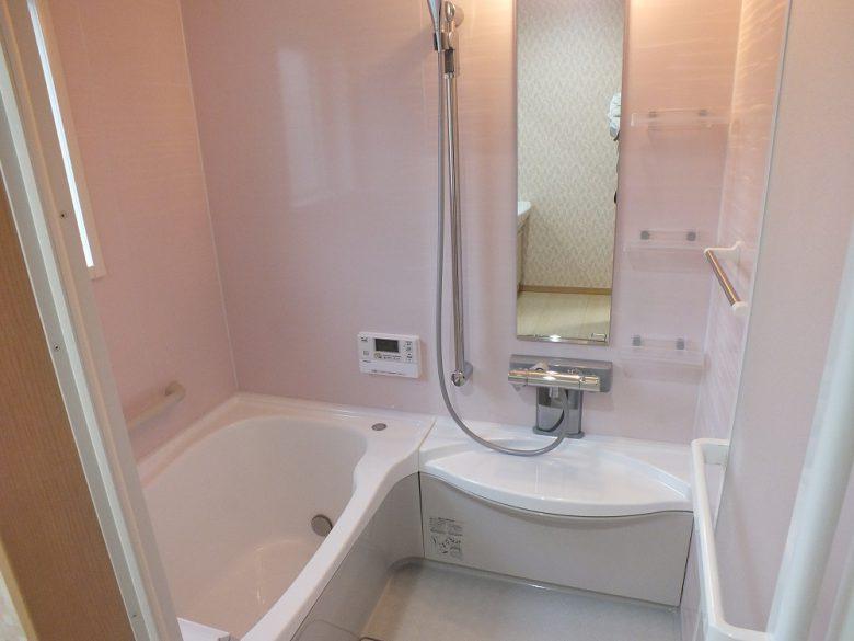 暖房乾燥付きユニットバスです、淡いピンクの壁が素敵です。