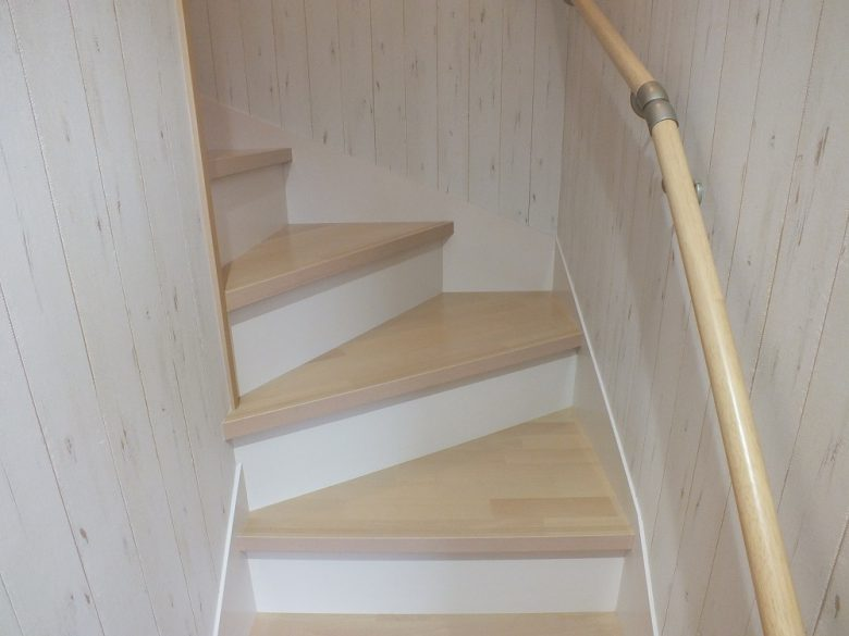 最近流行りのツートンカラーの階段です。