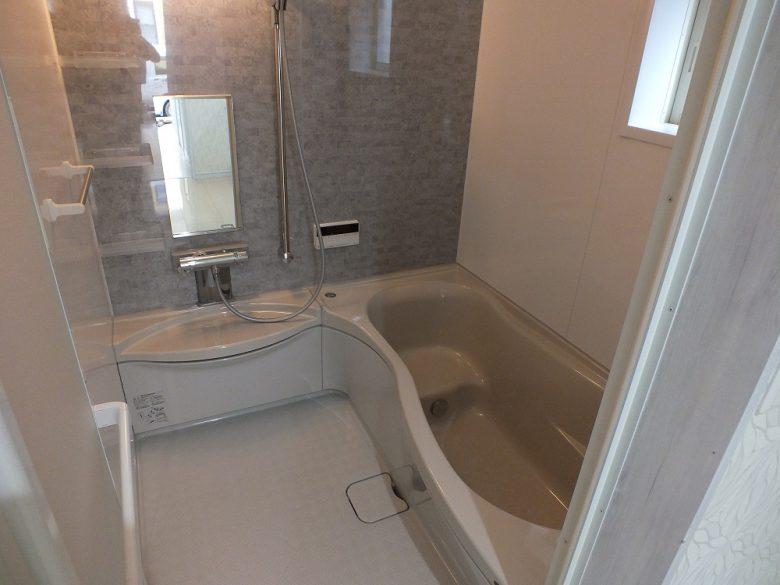 美しいデザインの浴槽 モザイク柄のアクセント壁