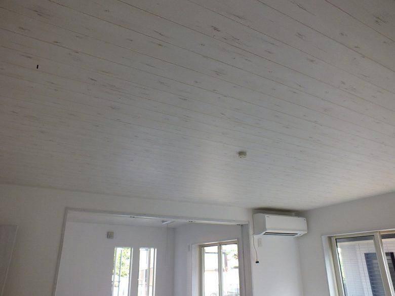 フロアに合わせて天井クロスも木目調