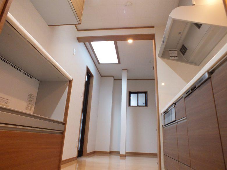 キッチン奥には天窓付きのパントリー