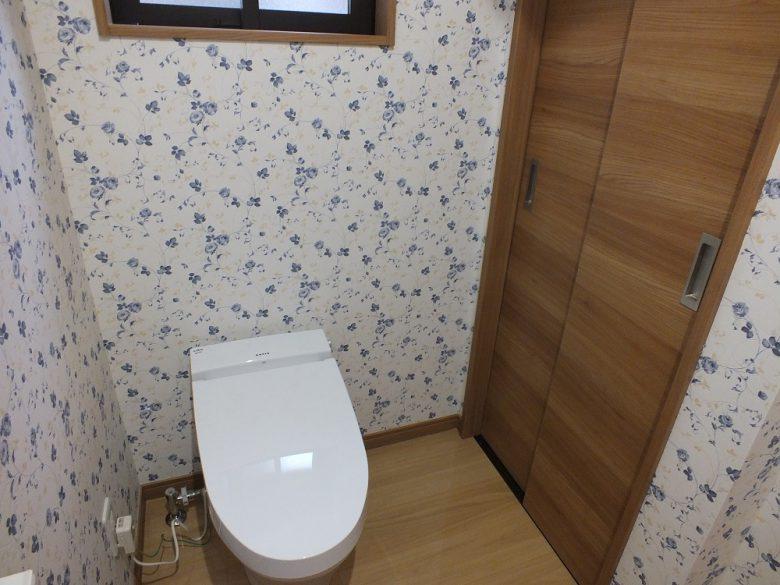 回り込むと物入れがあるトイレ室