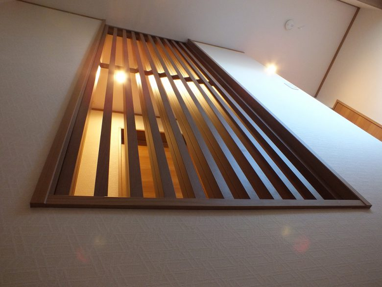 格子付き壁 階段が明るくなります