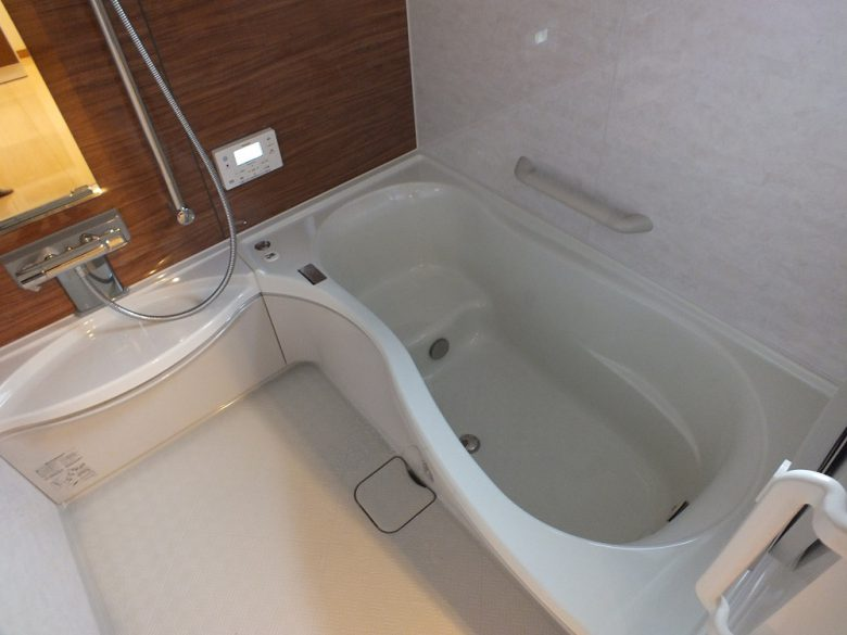 美しいデザインの浴槽が入ったシステムバス