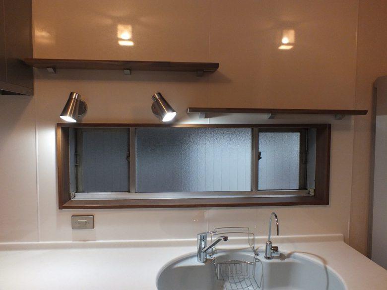 棚はあえて段違いに!窓枠も棚と同色に取替えました。