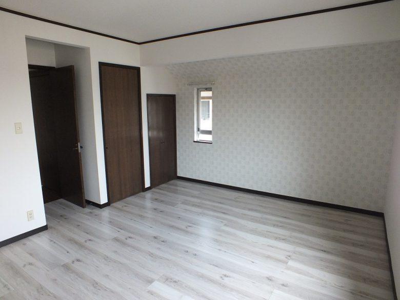 広い主寝室、床も明るい色に張り替えました