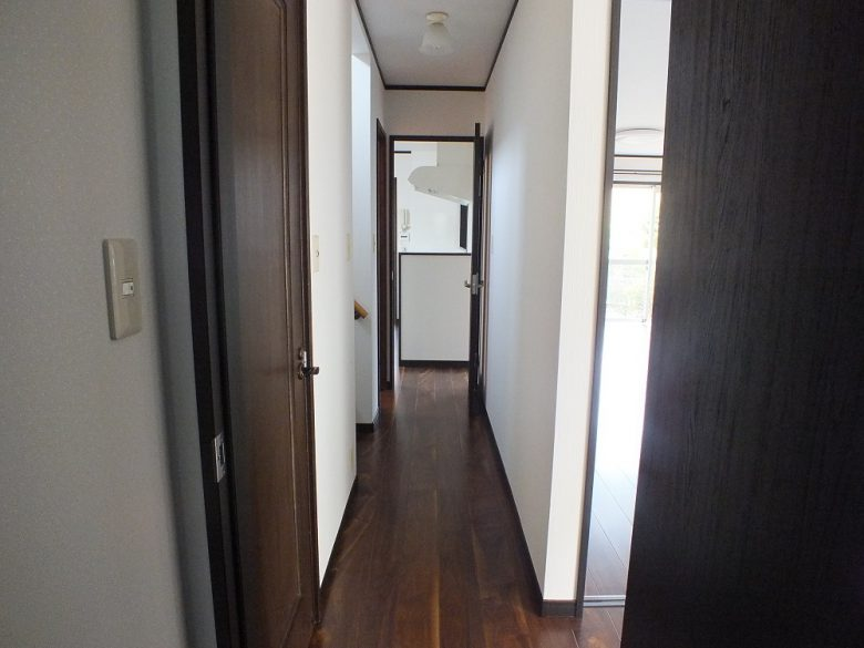 長い廊下です 床も全て張り替えました