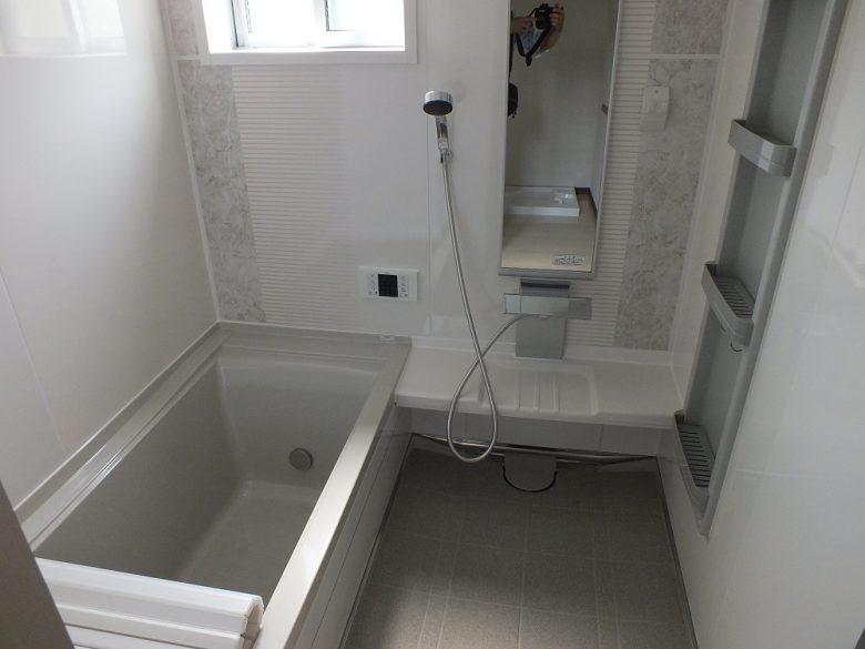 白基調の清潔感のある浴室