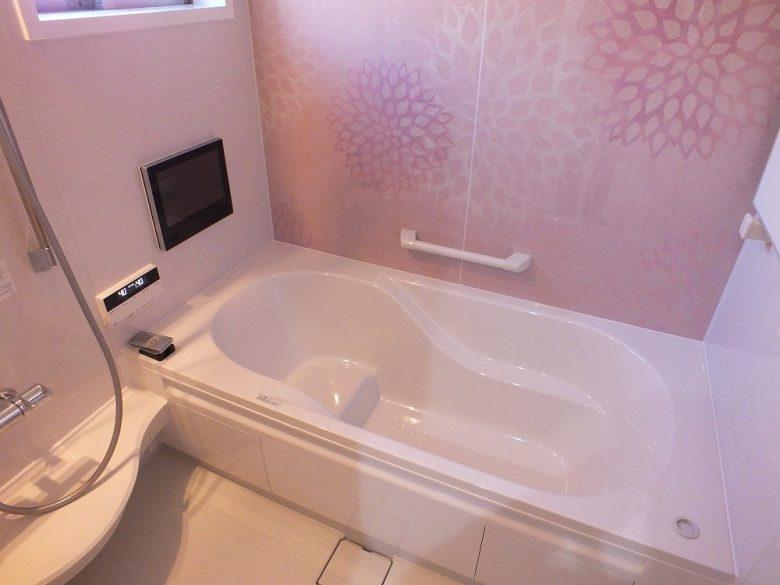 お花のデザインが印象的な浴室です