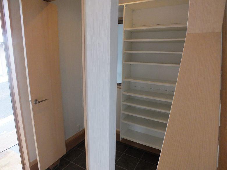 扉を閉めてしまえばすっきりとした玄関になりとても便利です