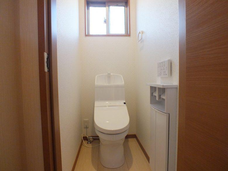 白で統一され清潔感のあるトイレです