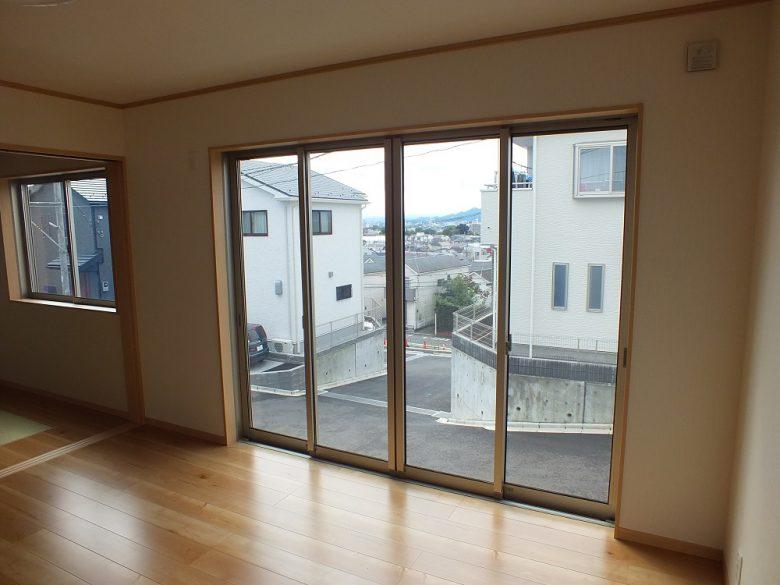 日当たり抜群のリビングは大きな掃き出しの窓です。