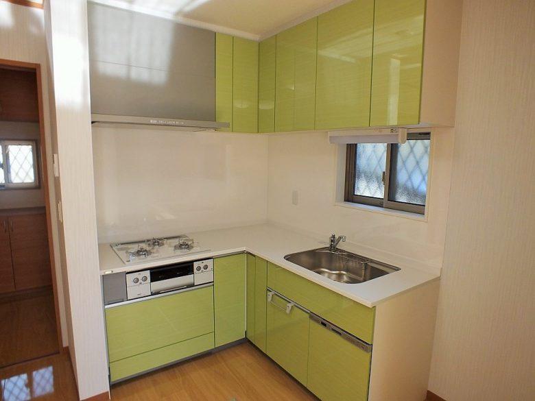 L型キッチン。ガスコンロの天板は限定品のリミテッドホワイトです