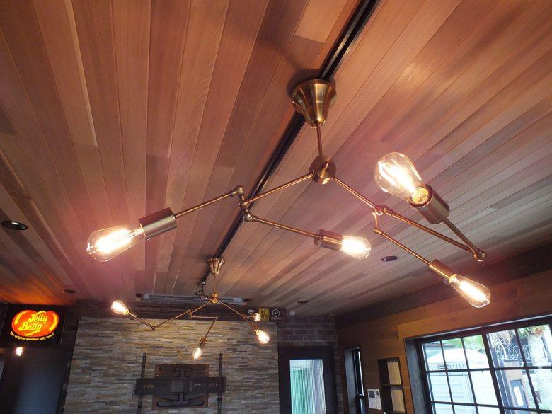 レッドシダー張りの天井には高級感のあるカッコイイ照明を取付けました