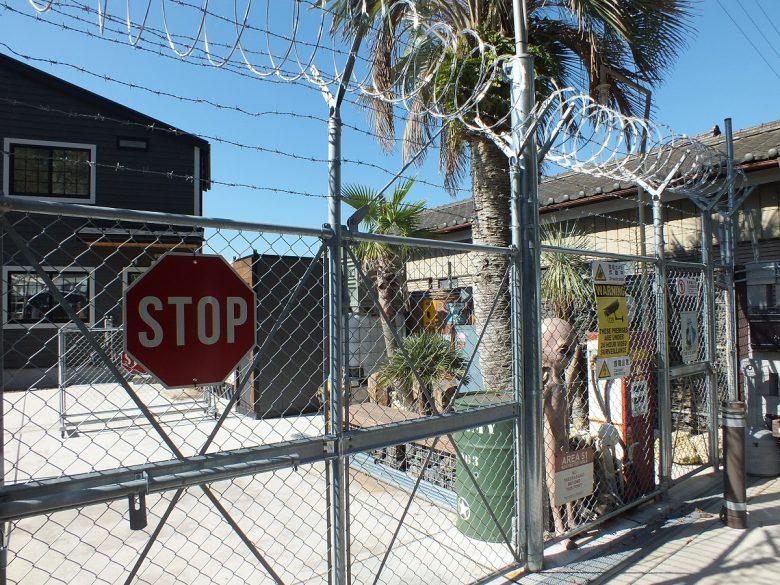 ゲートにはPCフェンス。まさしくbase(基地)ですね