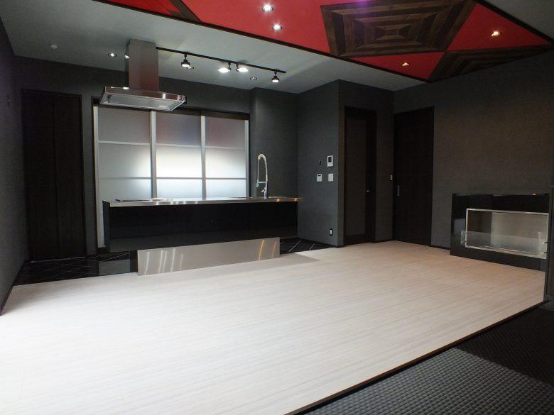 キッチンの後ろは大きな扉付きの収納スペースになっていて、スッキリと収納する事ができます