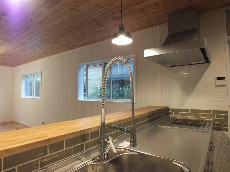 キッチンの壁にはアメリカンタイルが貼ってあります