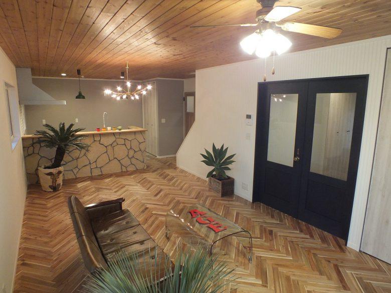 LDKの床はヘリンボーンでお洒落に仕上げています