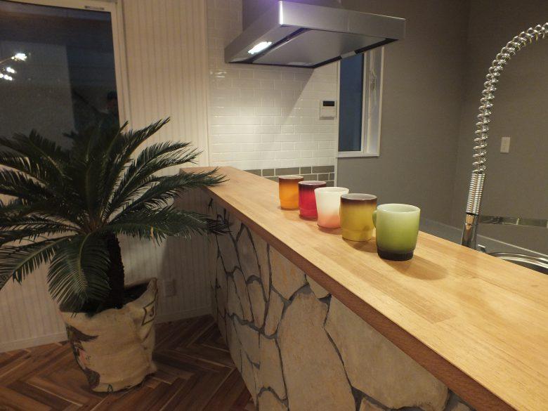 キッチンの壁は乱形石を貼りました