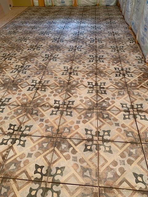 キッチンの床にはアンティークタイルを使用。