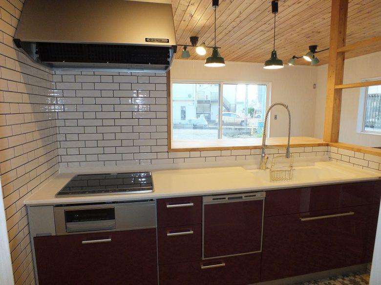 キッチンの壁はアメリカンタイルでカッコよく!