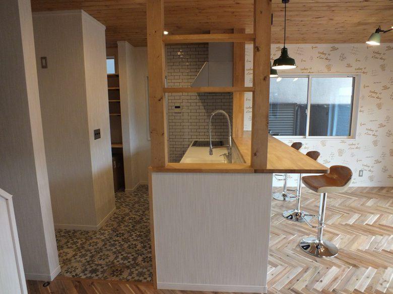 対面式キッチンにはお馴染みのビヨヨーン水栓を使用