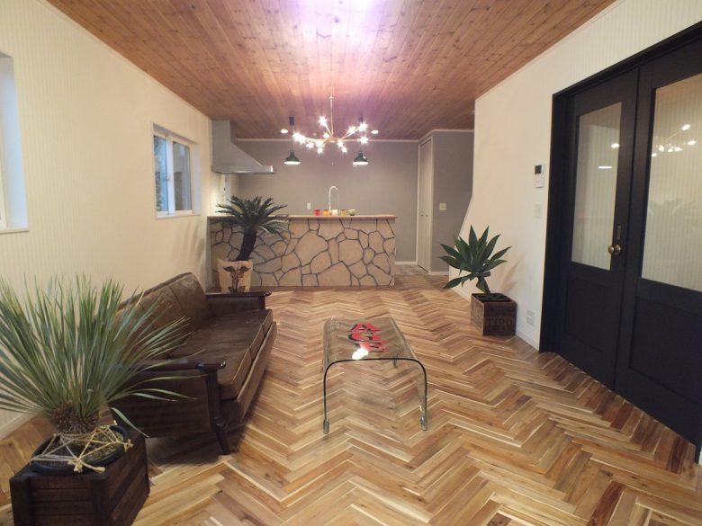 LDKの床はヘリンボーンで天井はパインウッドでオシャレに仕上げてます。