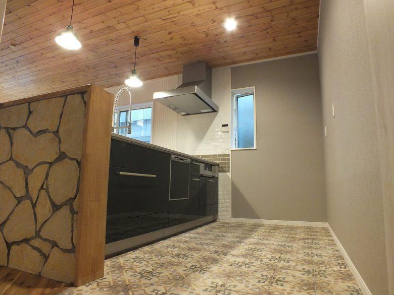 キッチンの床はアンティーク調タイルを使っています