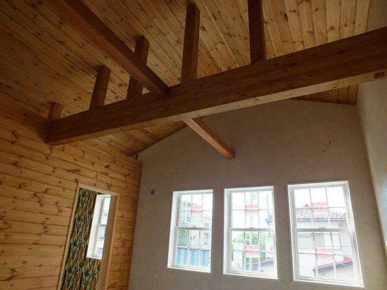 天井は躯体である梁をあえて見せています