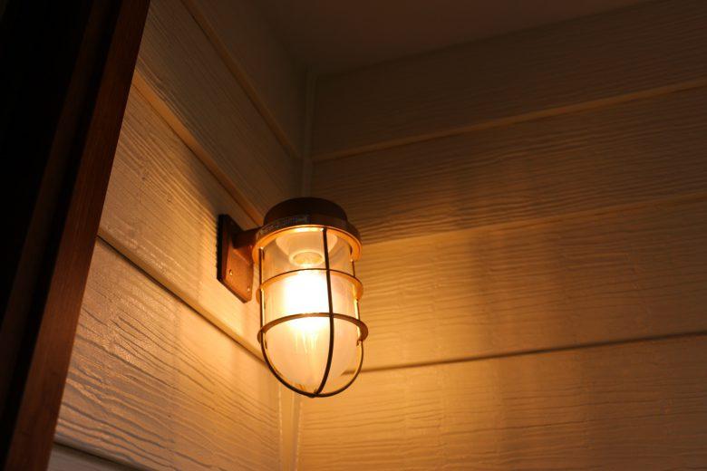 エクステリア照明は松本船舶の真鍮製マリンライトでお洒落に演出