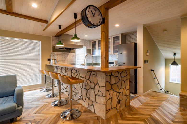 キッチンのカウンターには乱形石を大小形様々な天然石を不規則に並べて荒々しく仕上げました