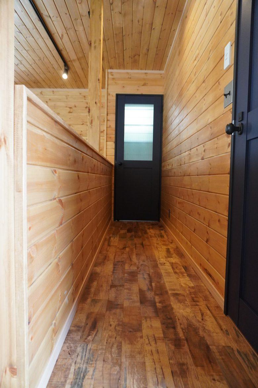 廊下は無垢材を特殊加工したヘビアフロアーで雰囲気抜群!腰壁上部の笠木板にはエイジング加工済み!