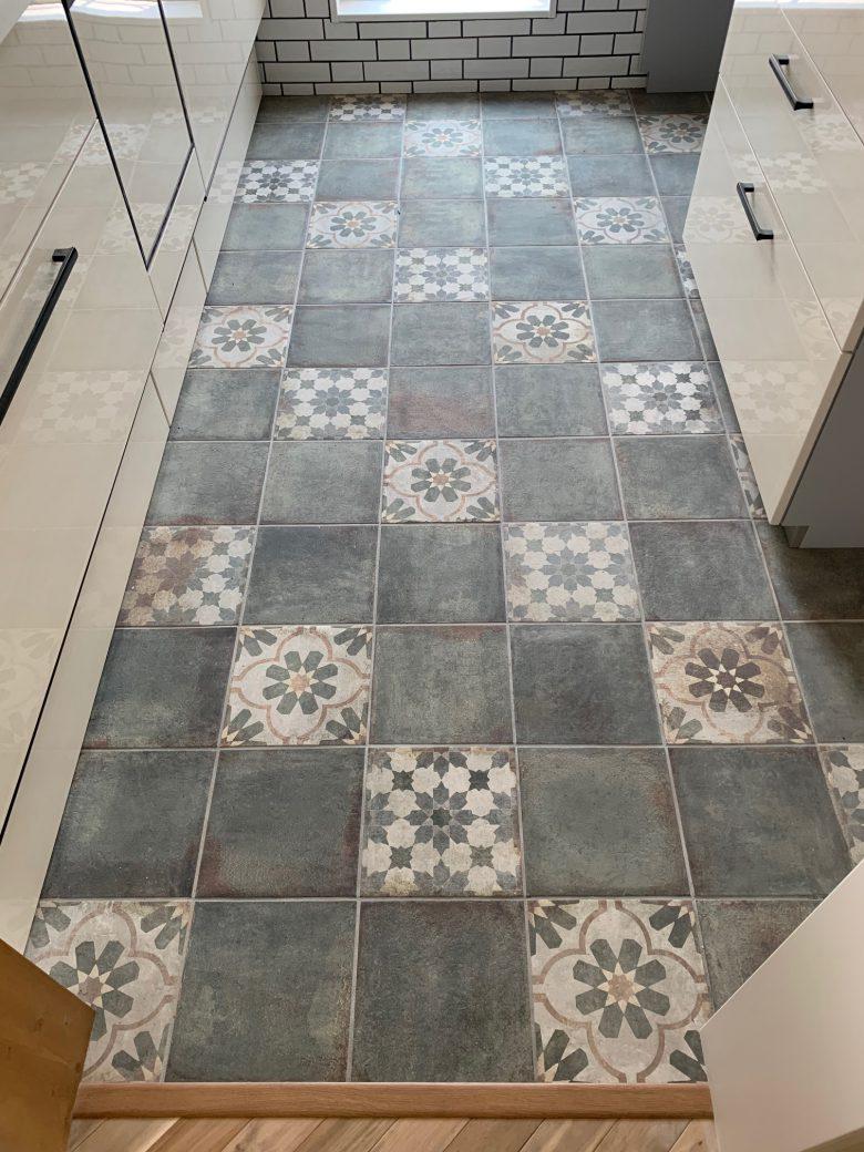 キッチンの床にはアンティークタイルを使ってオシャレに仕上げました