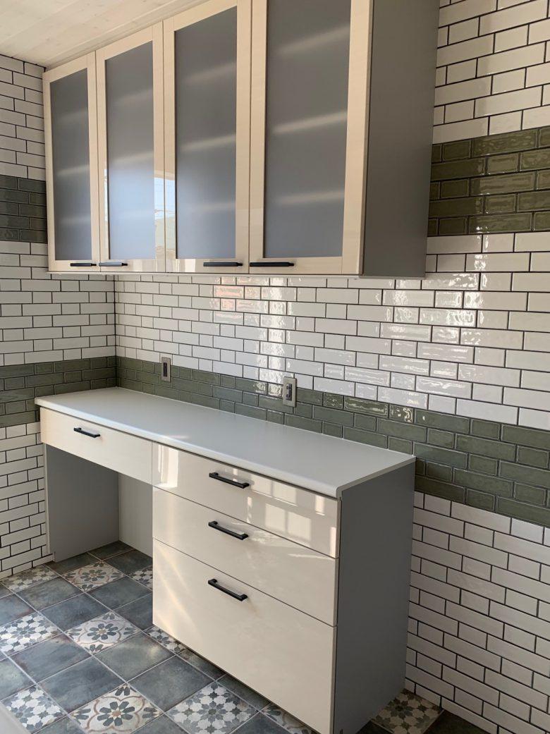 キッチンの壁には2色のサブウェイタイルでオシャレに